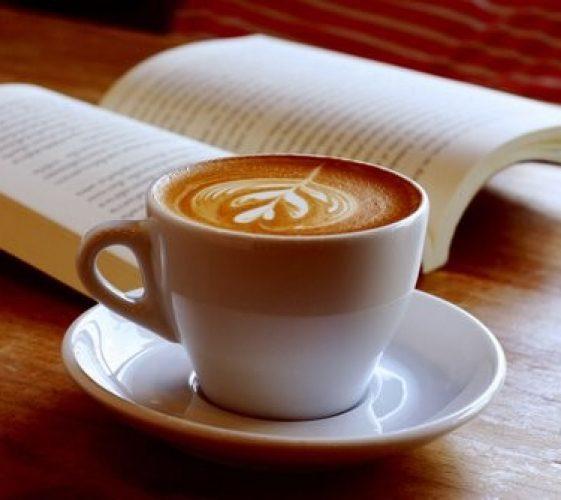 tasse-de-cafe-avec-un-livre