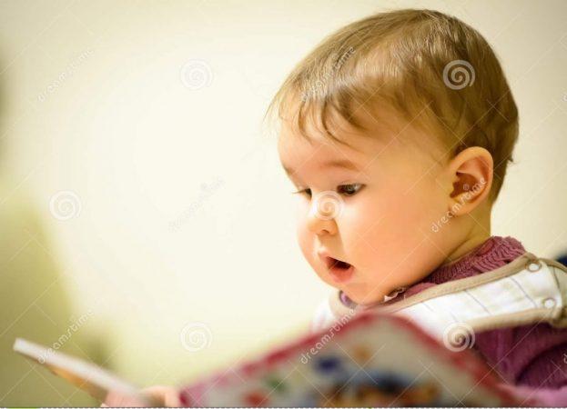 bébé-lisant-un-livre-d-enfants-65972045